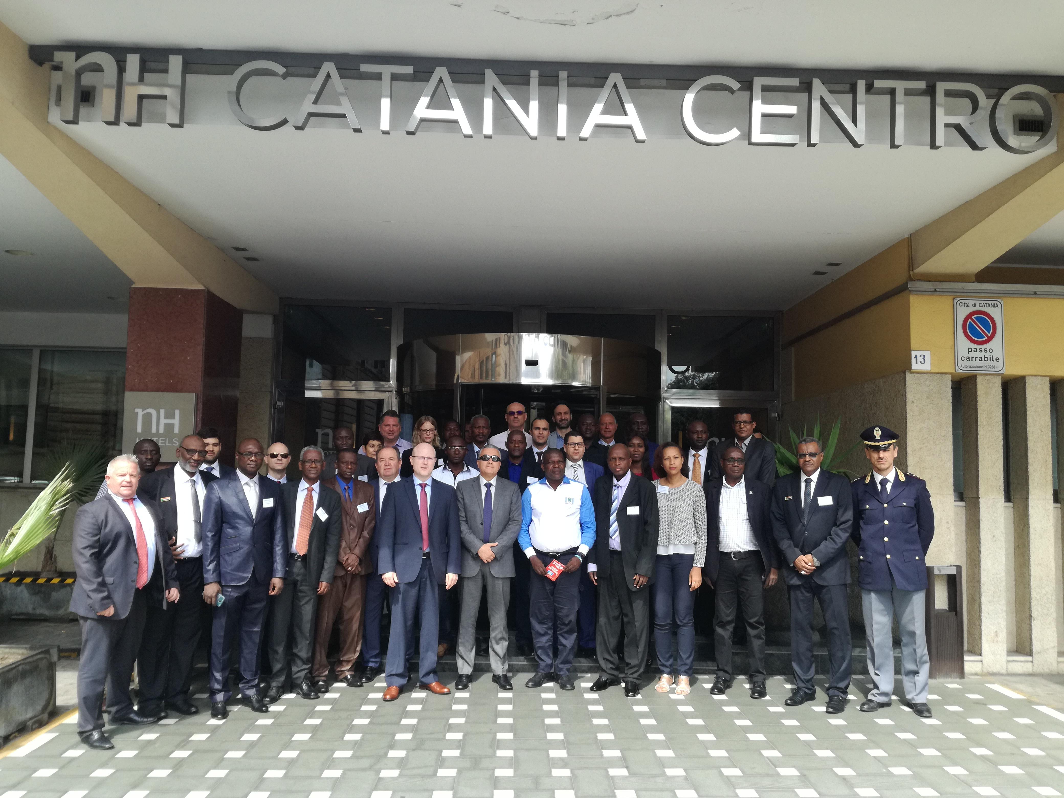 Ufficio Passaporti A Catania : È tempo di vacanze tutti in fila per il passaporto cronaca