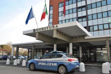 Entra in tribunale con un coltello di 21 cm: denunciato dalla Polizia di Stato di Rimini