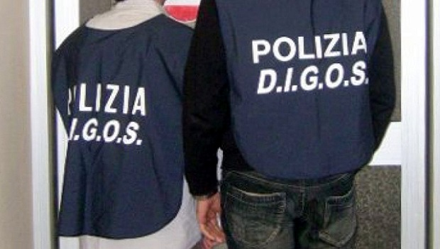 LA POLIZIA SEQUESTRA FUMOGENI E GROSSI PETERDI IN OCCASIONE DELLA PARTITA CREMONESE-RACING ROMA.