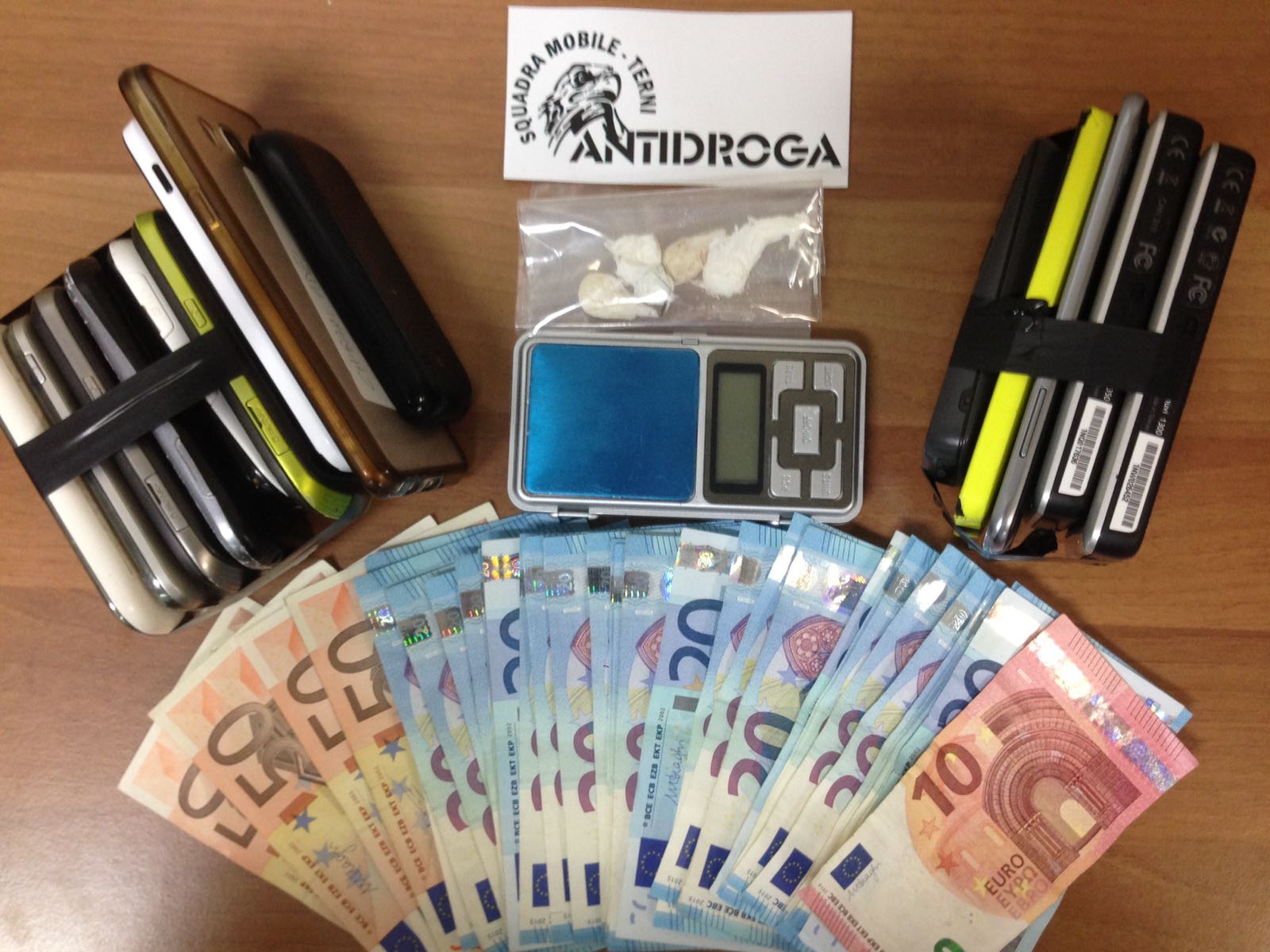 La droga e i 14 cellulari sequestrati