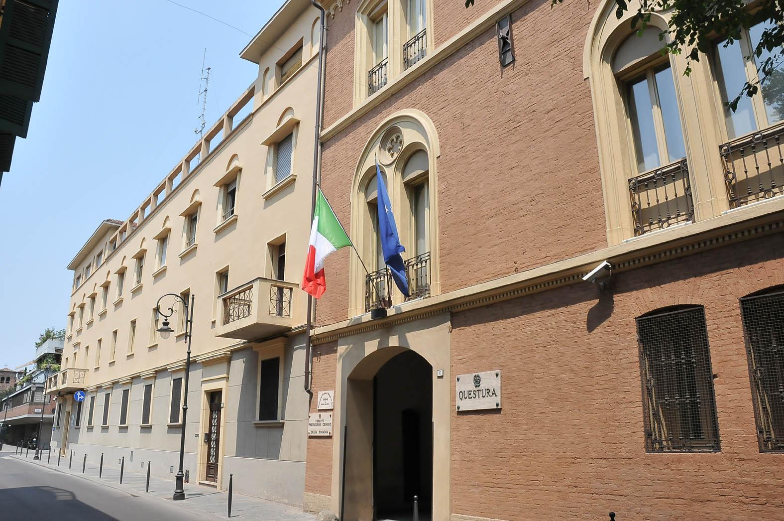 Reggio Emilia, barista 24enne uccisa a coltellate. Caccia ...