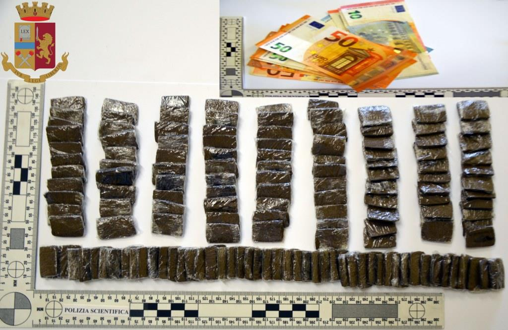 In giro con 145 stecche di hashish nascoste all'interno del passaruota dell'auto