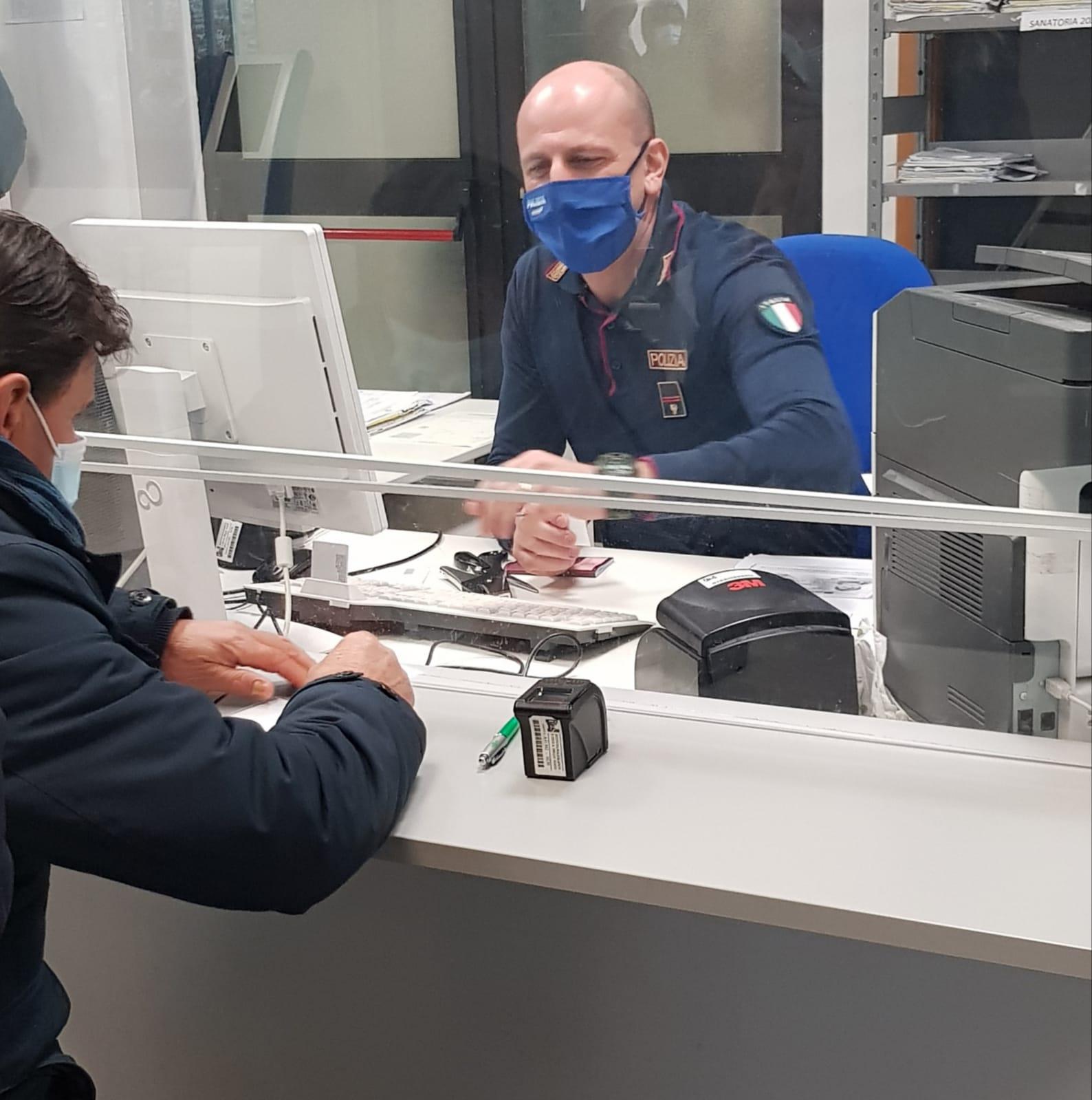 Si Presenta In Questura Per Il Rilascio Del Permesso Di Soggiorno Con Un Passaporto Falso Arrestato