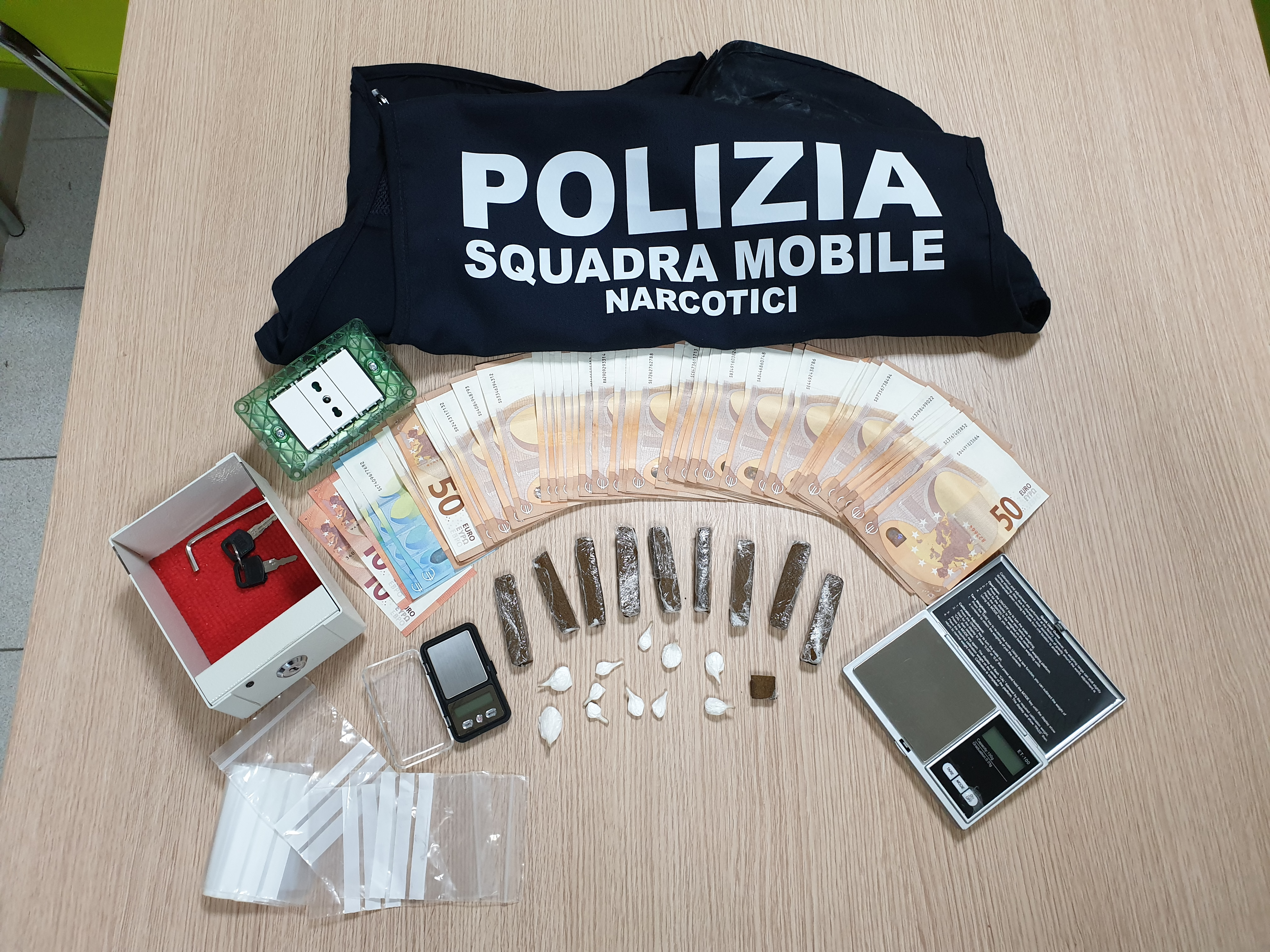 Hashish e cocaina nelle tapparelle: pusher arrestato dalla Polizia