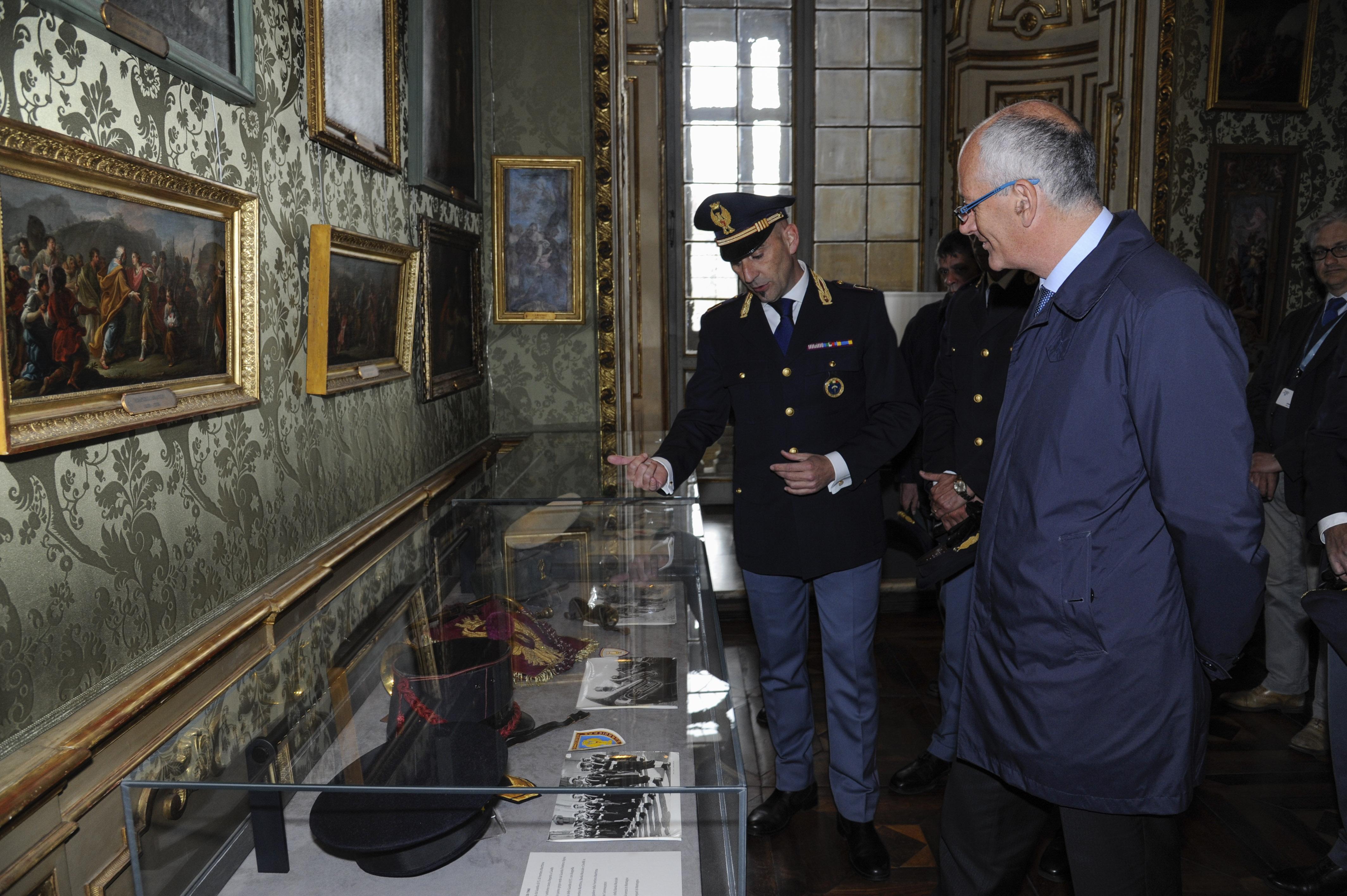 Il capo della polizia in visita a torino la mostra 165 for Questura di torino permesso di soggiorno pronto