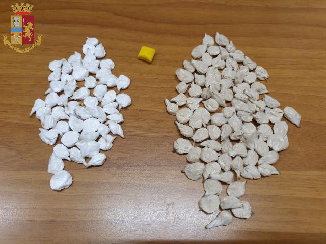 Torino: pusher arrestato con centinaia di dosi di stupefacenti