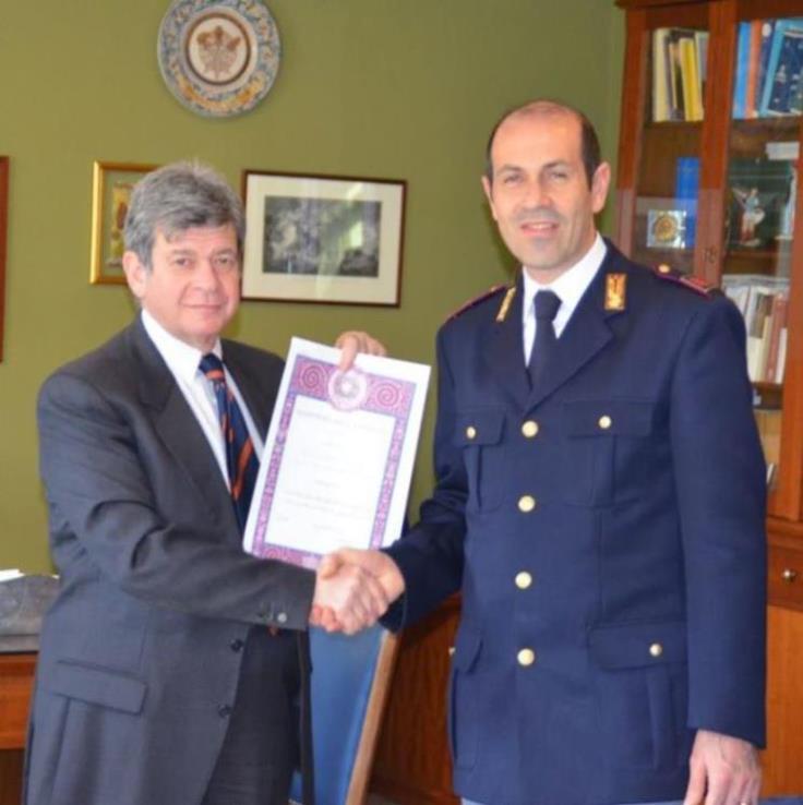 Consegna delle onorificenze al personale della polizia di for Polizia di stato permesso