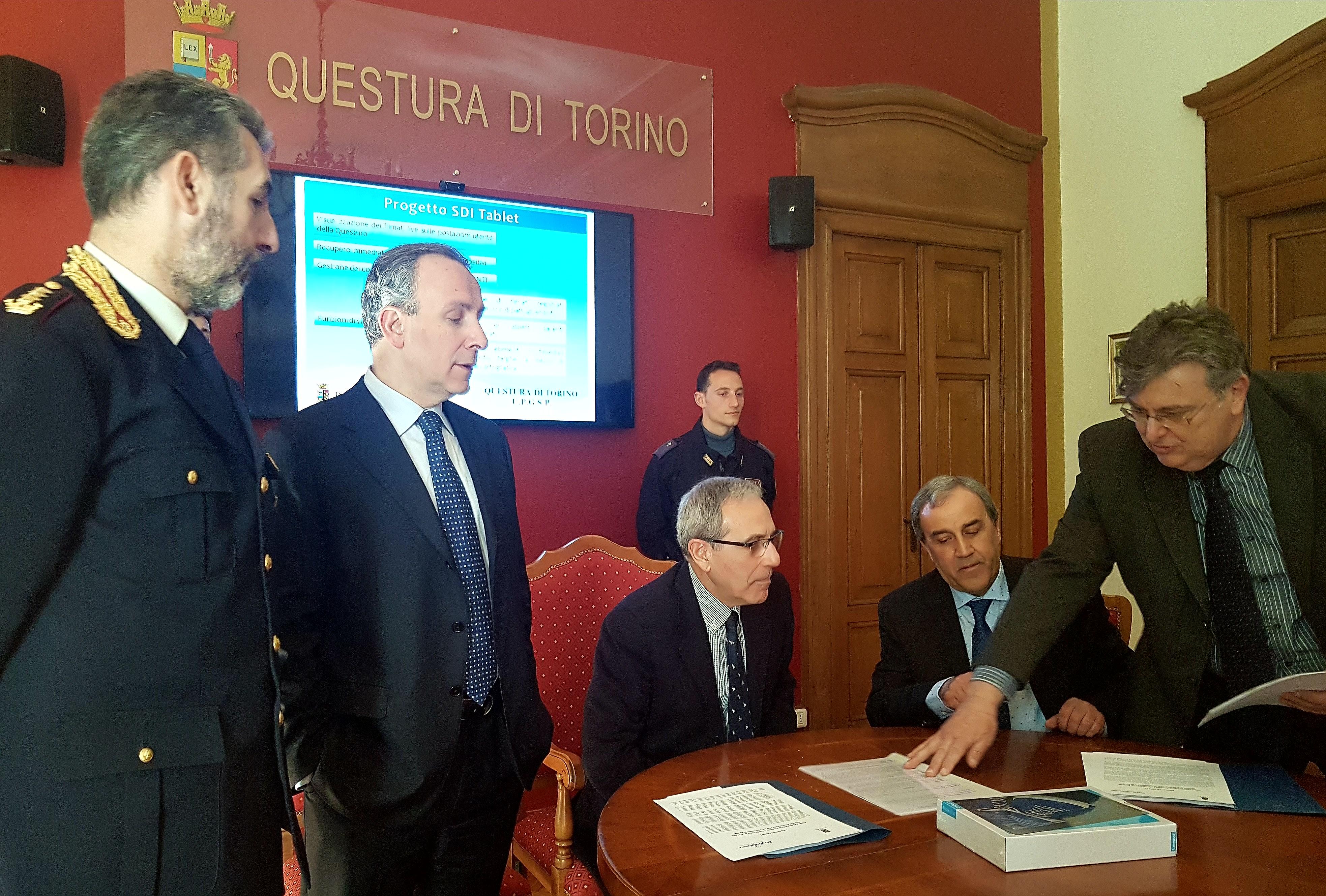 Torino nuove dotazioni per la squadra volante 65 tablet for Questura di torino permesso di soggiorno pronto