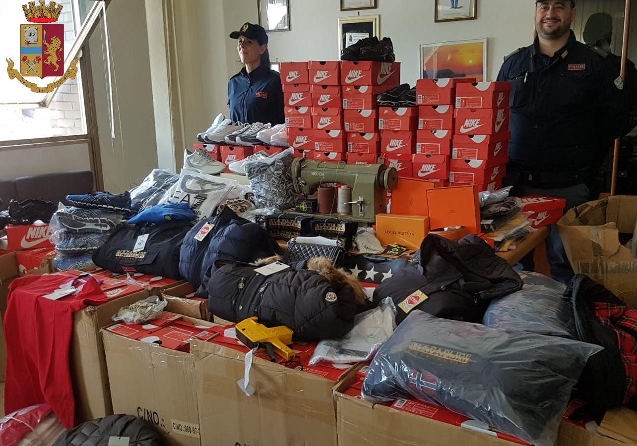 Torino: centiania di capi contraffatti e marchi da apporre sequestarti dalla Polizia