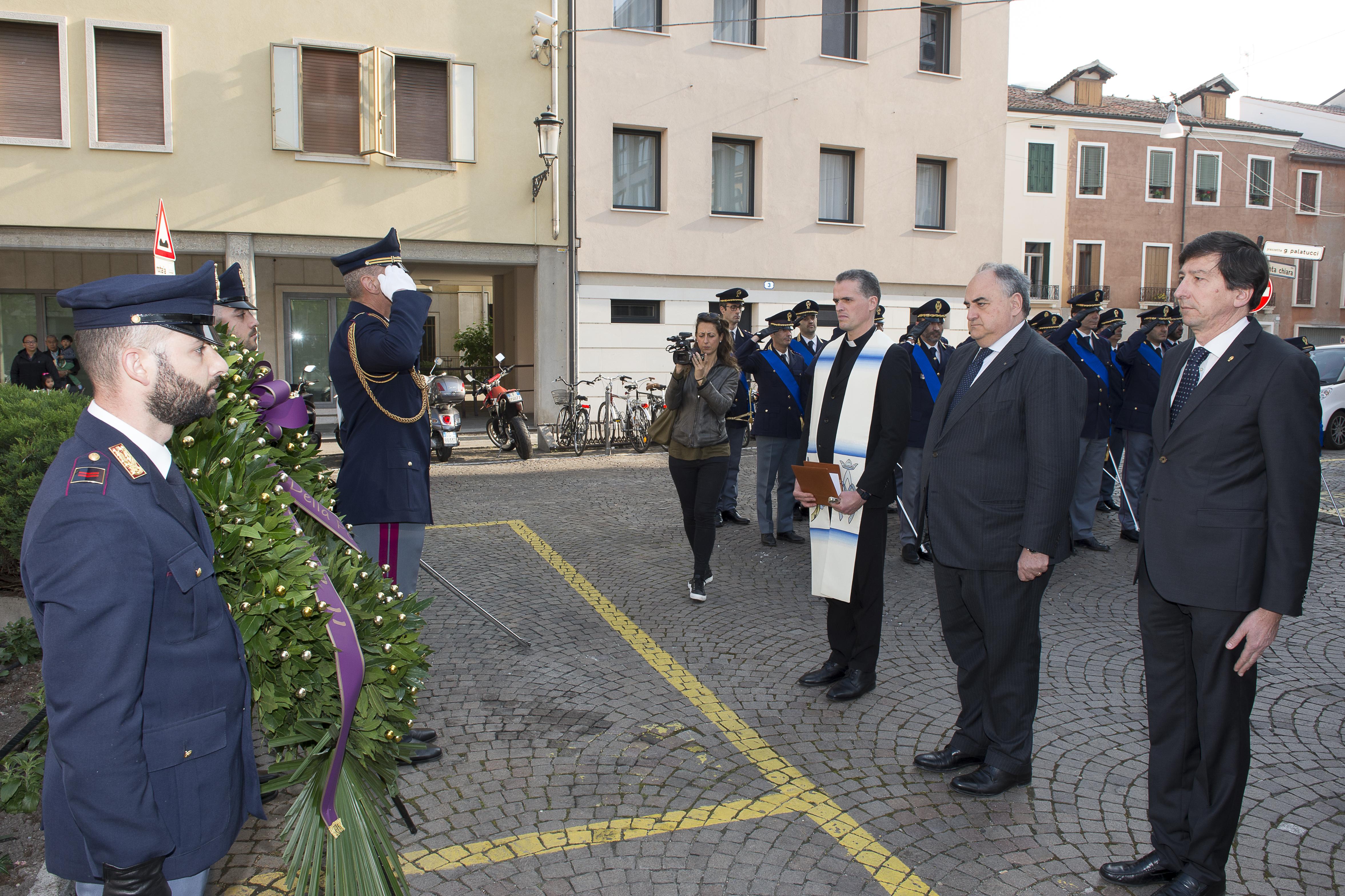165 anniversario cerimonia deposizione corona questura for Permesso di soggiorno padova