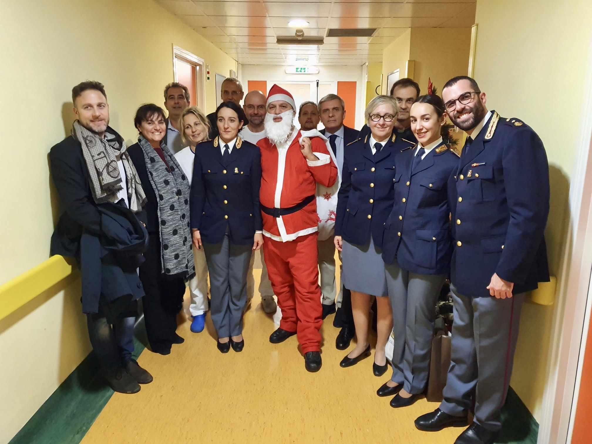 "Questura di Imperia e Sanremese Calcio portano ""Babbo Natale in Pediatria""."