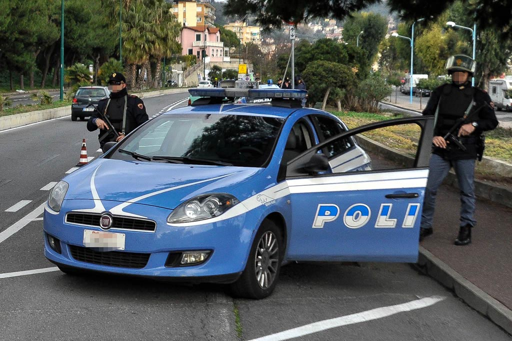 Stipati  come carne da macello: in 17 dentro un'auto