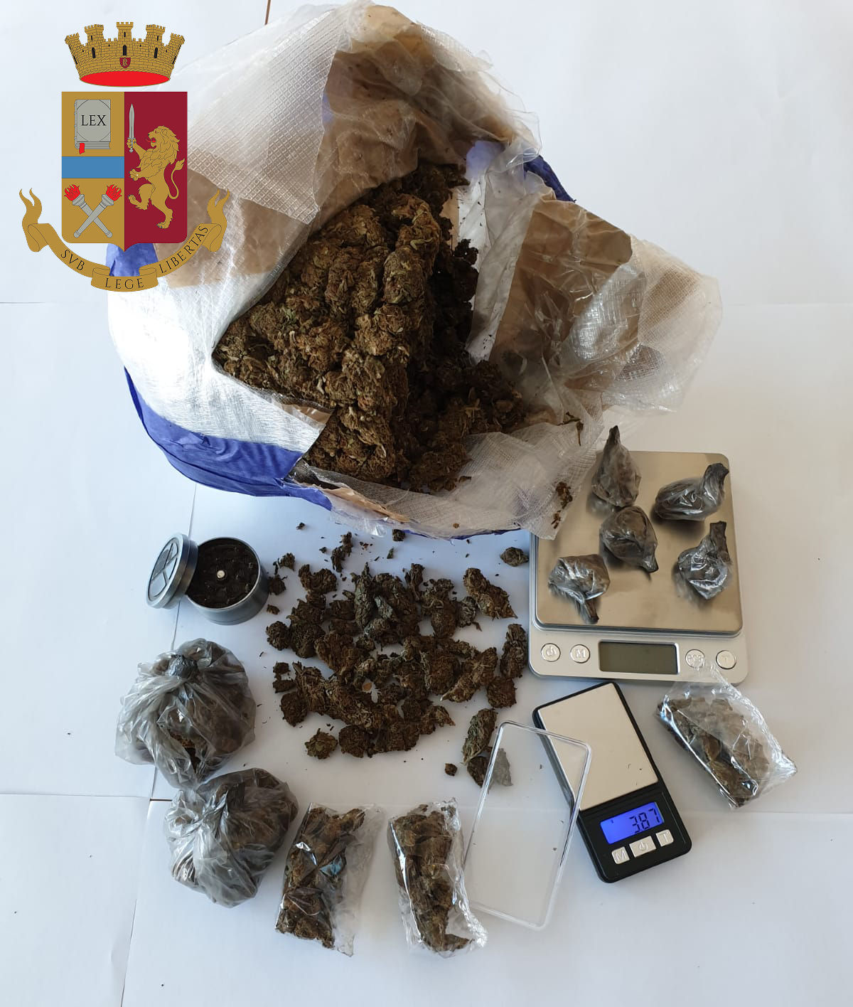 Spaccia marijuana in casa. Sequestrati sette etti di stupefacente