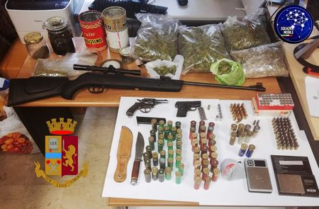arrestato un giovane trovato in possesso di droga e armi